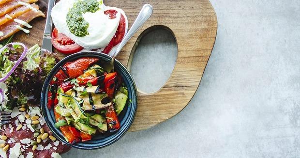 Легко и вкусно: 5 рецептов салатов на лето — Рецепты шефов на The Village Казахстан