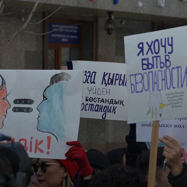 «Сегодня цветочки, завтра — отбитые почки»: Как прошел марш феминисток — Фоторепортаж на The Village Казахстан