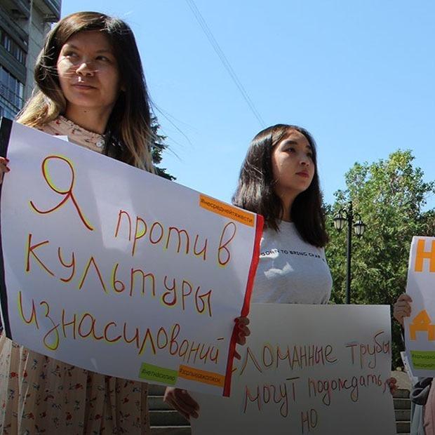Акция активистов на Арбате: «Восстановить трубы можно успеть, а вот сломанные души нет»