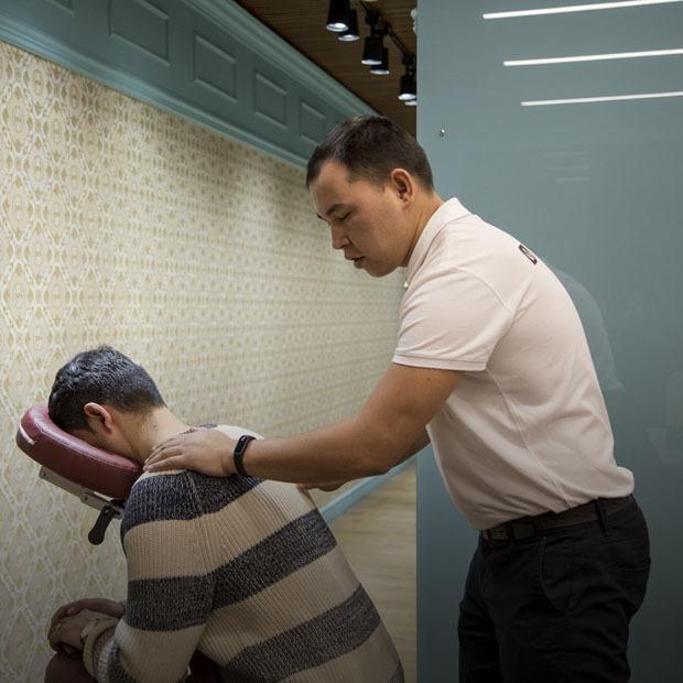 Chairmassage: Как семейная пара запустила первый в Алматы сервис массажа с выездом в офис — Предприниматели на The Village Казахстан