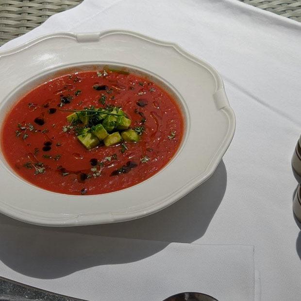 Рецепты на лето: Клубничный суп с мороженым, гаспачо из вяленых томатов и фреш-салат — Рецепты шефов на The Village Казахстан