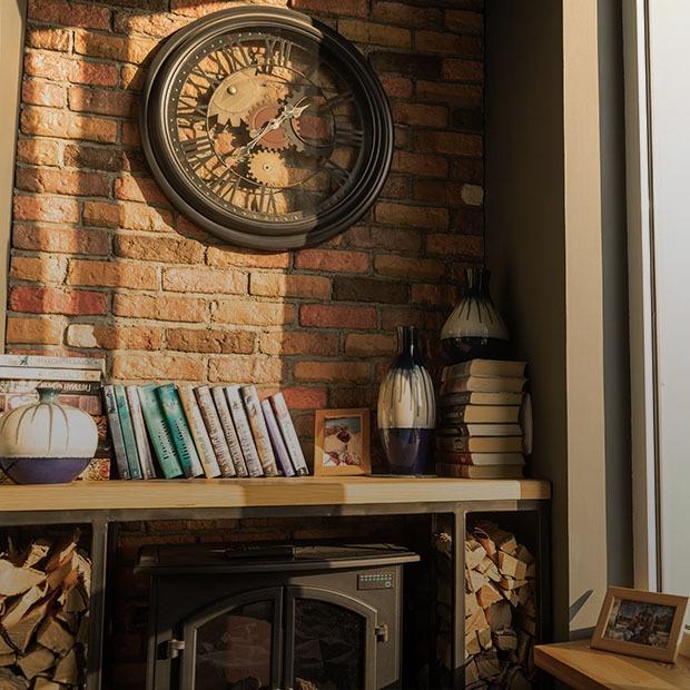 Уютная трехкомнатная квартира с элементами лофта и камином в лоджии
