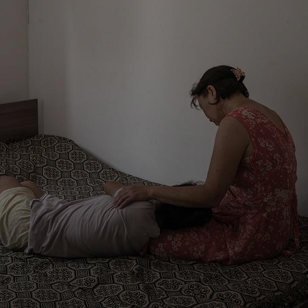 «Они год жили в страхе»: Когда за насилие судят жертву — Не говори маме на The Village Казахстан