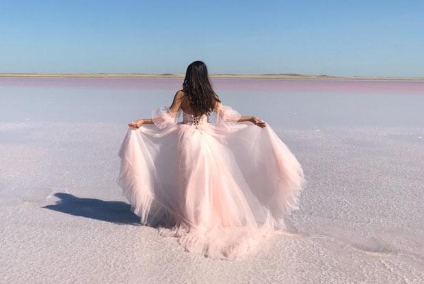 Розовое озеро в Казахстане: Как туда добраться и что там делать?