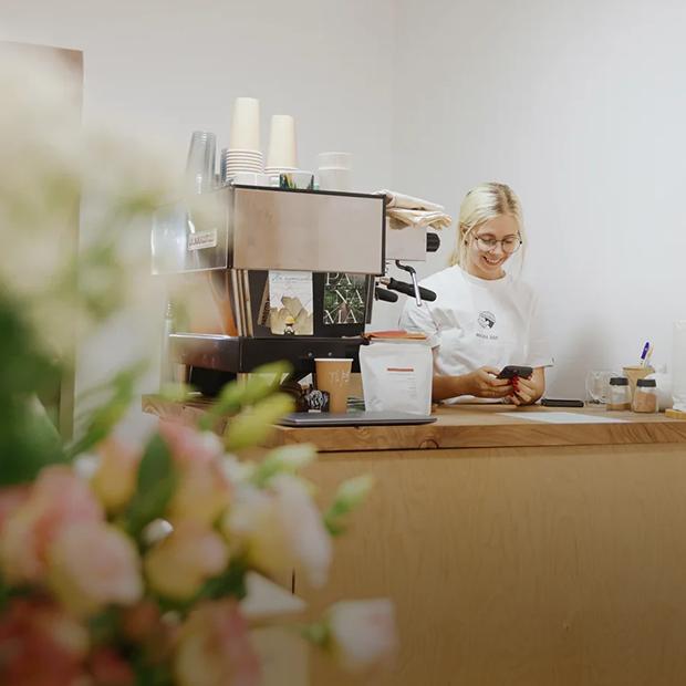 «Пандемия показала, кто в сфере временно, а кто из любви к кофе»: Как работают алматинские кофейни — Истории на The Village Казахстан