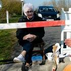 Пожилая пара каждый день встречается на границе: Они разделены из-за коронавируса