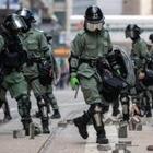 Студенты в Гонконге обороняются катапультами и луками от полиции