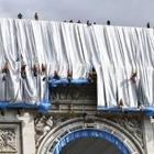 В Париже упакуют Триумфальную арку
