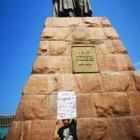 Поэт с цитатой Назарбаева вышел на пикет в Алматы