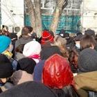 Митингующих в Алматы отпустили из оцепления и снова окружили. В первом оцеплении они стояли 2,5 часа