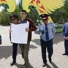 В Костанае парень вышел с плакатом «У меня украли мой голос». Его задержали