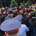 Полицейские задерживают людей в Алматы и столице