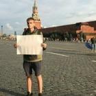 На Красной площади в Москве задержали журналиста с пустым плакатом