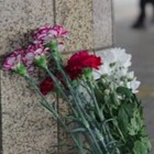 Алматинцы несут цветы к зданию аэропорта