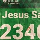 Бегуна в нагруднике с надписью «Иисус спасает» спас мужчина по имени Иисус