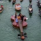В Венеции спустили на воду гигантскую скрипку