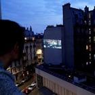 Кино с балкона: Парижский кинотеатр показывает фильмы на стене соседнего дома