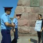 Поэта Рамиля Ниязова задержали полицейские. Его увезли в Медеуский отдел полиции