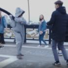 Блогер в костюме тюленя бил прохожих мягкой игрушкой. Так он мстил за избитых в Актау животных