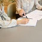 В Трудовой кодекс РК внесены поправки: надбавка за работу в выходные и пеня за задержку зарплаты