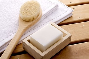 Пользоваться сухой щеткой для массажа тела