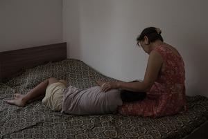 «Они год жили в страхе»: Когда за насилие судят жертву