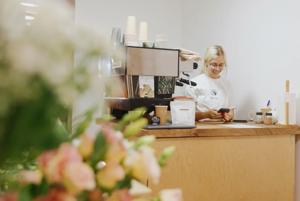 «Пандемия показала, кто в сфере временно, а кто из любви к кофе»: Как работают алматинские кофейни