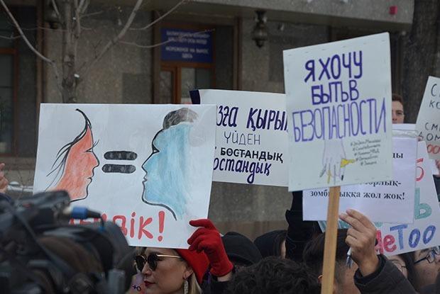«Сегодня цветочки, завтра — отбитые почки»: Как прошел марш феминисток