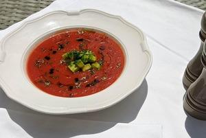 Рецепты на лето: Клубничный суп с мороженым, гаспачо из вяленых томатов и фреш-салат