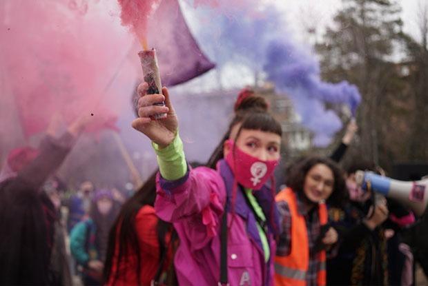 «Феминизм спасет Казахстан»: Как прошел самый массовый марш феминисток в Алматы